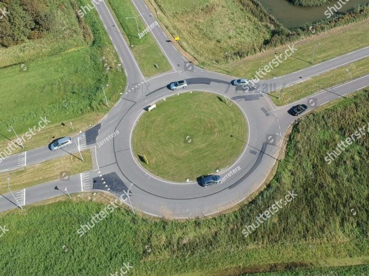 I en tosporet rundkørsel skal du foretage vognbaneskift fra venstre til højre vognbane, når du kommer forbi næstsidste udkørsel inden din egen exit. Det kræver overblik men kan sagtens lade sig gøre. Arkivfoto: Scanpix