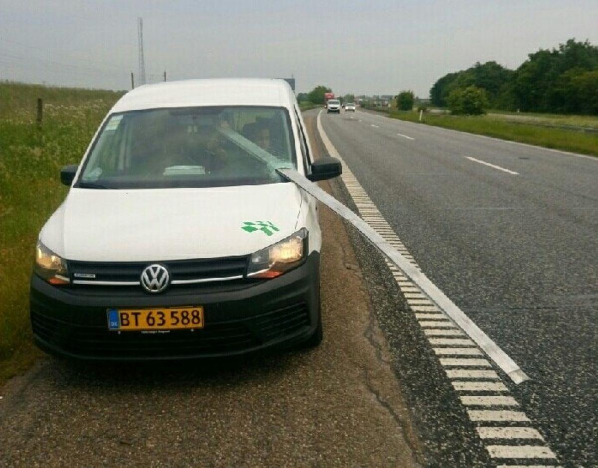 Metalskinnen var tæt på at ramme både Dennis Pedersen og hans kollega, der sad på passagersædet. Foto: Privat