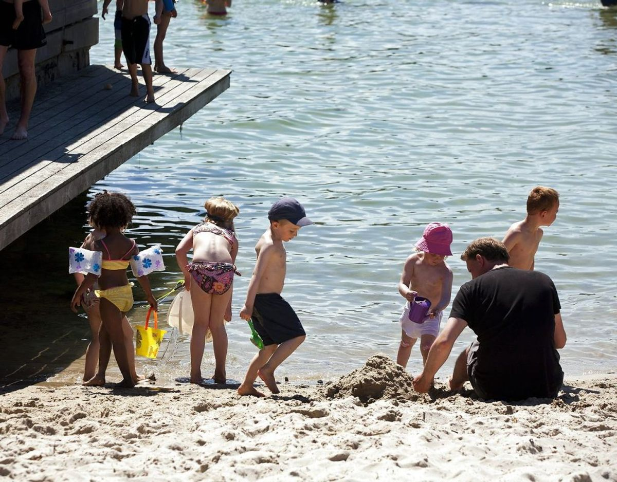 Det er meget vigtigt, at spædbørn helt bliver holdt ude af solen. Det kræver måske en parasol eller en klapvogn med skygge – og så kan strandturen godt lade sig gøre alligevel. Men direkte solstråler på babyhud – det dur ikke. Arkivfoto: Martin Ballund/Scanpix