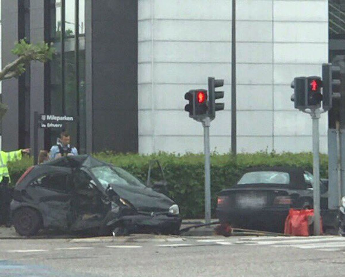 De to biler er begge voldsomt beskadiget efter sammenstødet. Foto: Pressefotos.dk