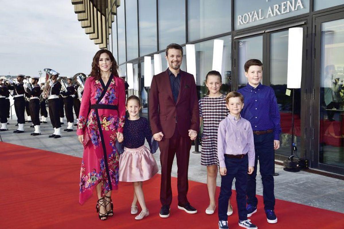Her er det kronprinsparret med deres børn på den røde løber til DR's fødselsdagsshow 'Hele Danmark fejrer Kronprinsen' i forbindelse med kronprinsens 50-års fødselsdag i Royal Arena i København, søndag den 27. maj 2018.. (Foto: Tariq Mikkel Khan/Ritzau Scanpix)