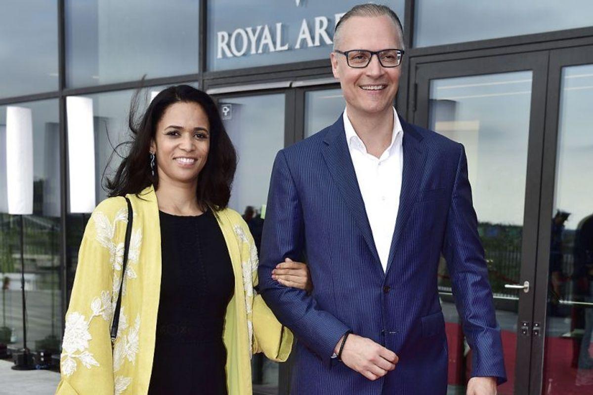 Her er det Tanja Kjærsgaard sammen med kronprinsens hofchef Christian Schønau på den røde løber til DR's fødselsdagsshow 'Hele Danmark fejrer Kronprinsen' i forbindelse med kronprinsens 50-års fødselsdag i Royal Arena i København, søndag den 27. maj 2018.. (Foto: Tariq Mikkel Khan/Ritzau Scanpix)
