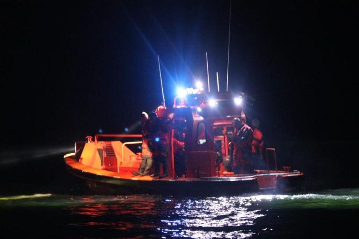 Søværnet havde flere både ude og lede. Billederne her er fra lørdag aften. Foto: Presse-fotos