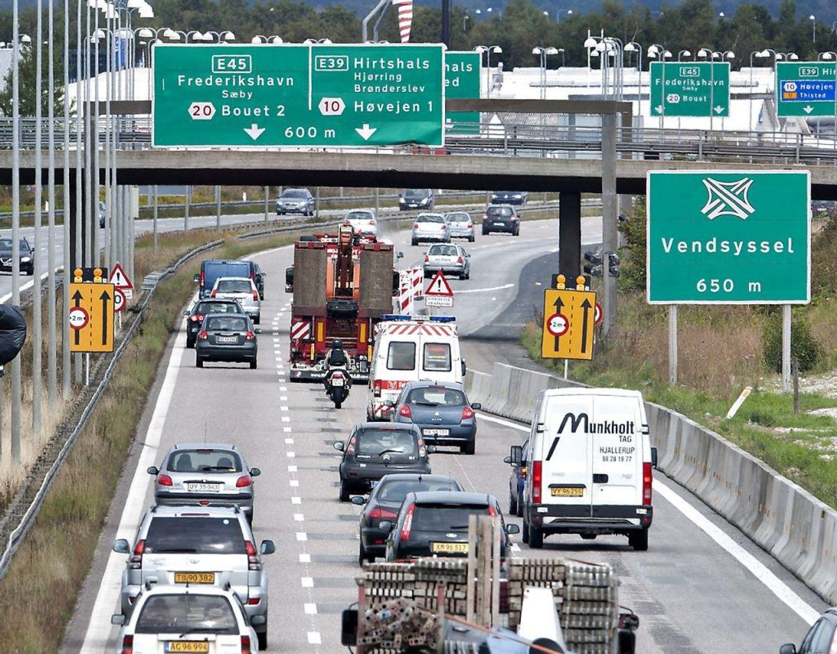 Hvis der ved vejarbejder er iværksat en hastighedsbegrænsning på 100 kilometer i timen, så får du frakendt dit kørekort betinget, hvis du kører 141 kilometer i timen. Du mister kørekortet ubetinget, hvis hastigheden er på 200 kilometer i timen eller derover. Arkivfoto: Scanpix