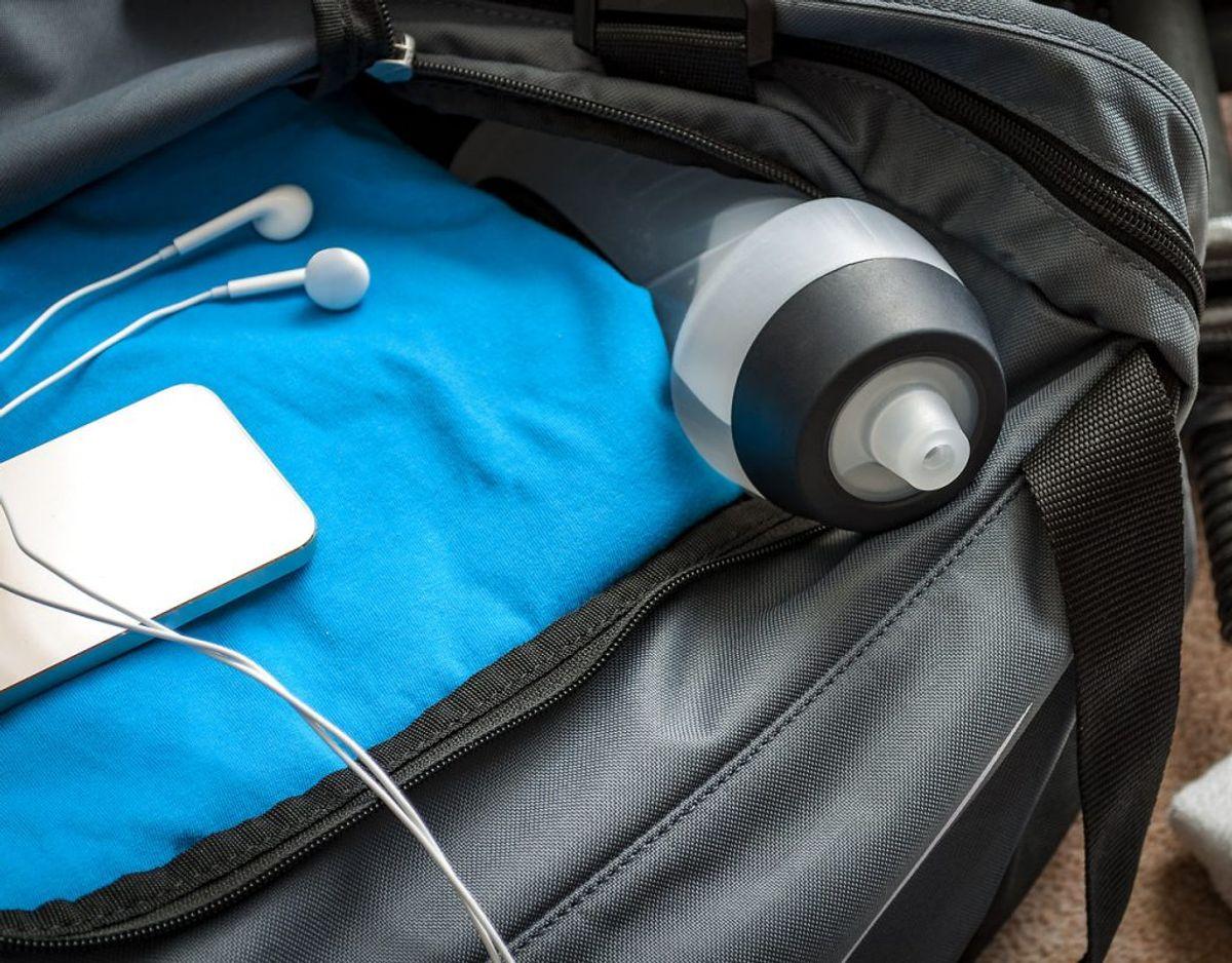 Lad være med at lægge telefonen i en gymnastiktøjstaske med gennemblødte håndklæder eller træningstøj. Det giver ikke overraskende fugtskader. Foto: Scanpix
