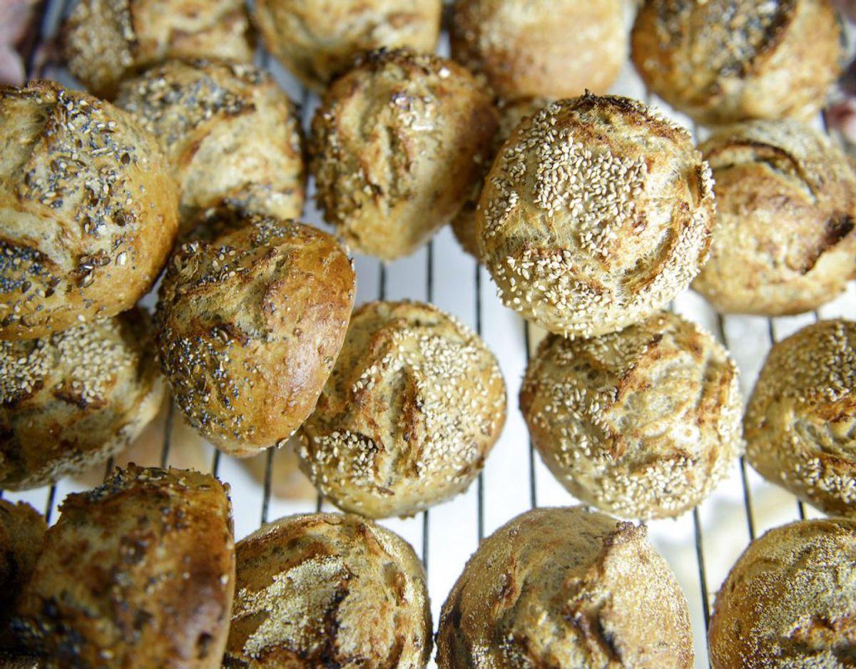 Brød skal ikke i køleskabet. Det tørrer ud og bliver dårligt meget hurtigere, så i stedet bør du opbevare det i en tør, lystæt brødkasse. Foto: Scanpix