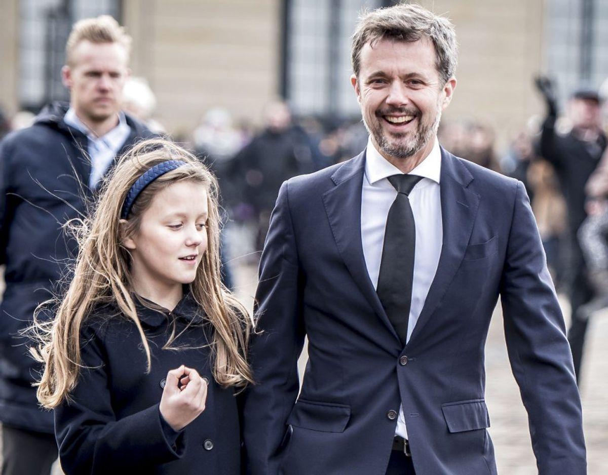 Nummer 3: Prinsesse Josephine, der her spadserer hen over Amalienborg Slotsplads med sin far, kronprins Frederik, i hånden, er nummer tre i arverækkefølgen til den danske trone. Arkivfoto: Mads Claus Rasmussen/Scanpix