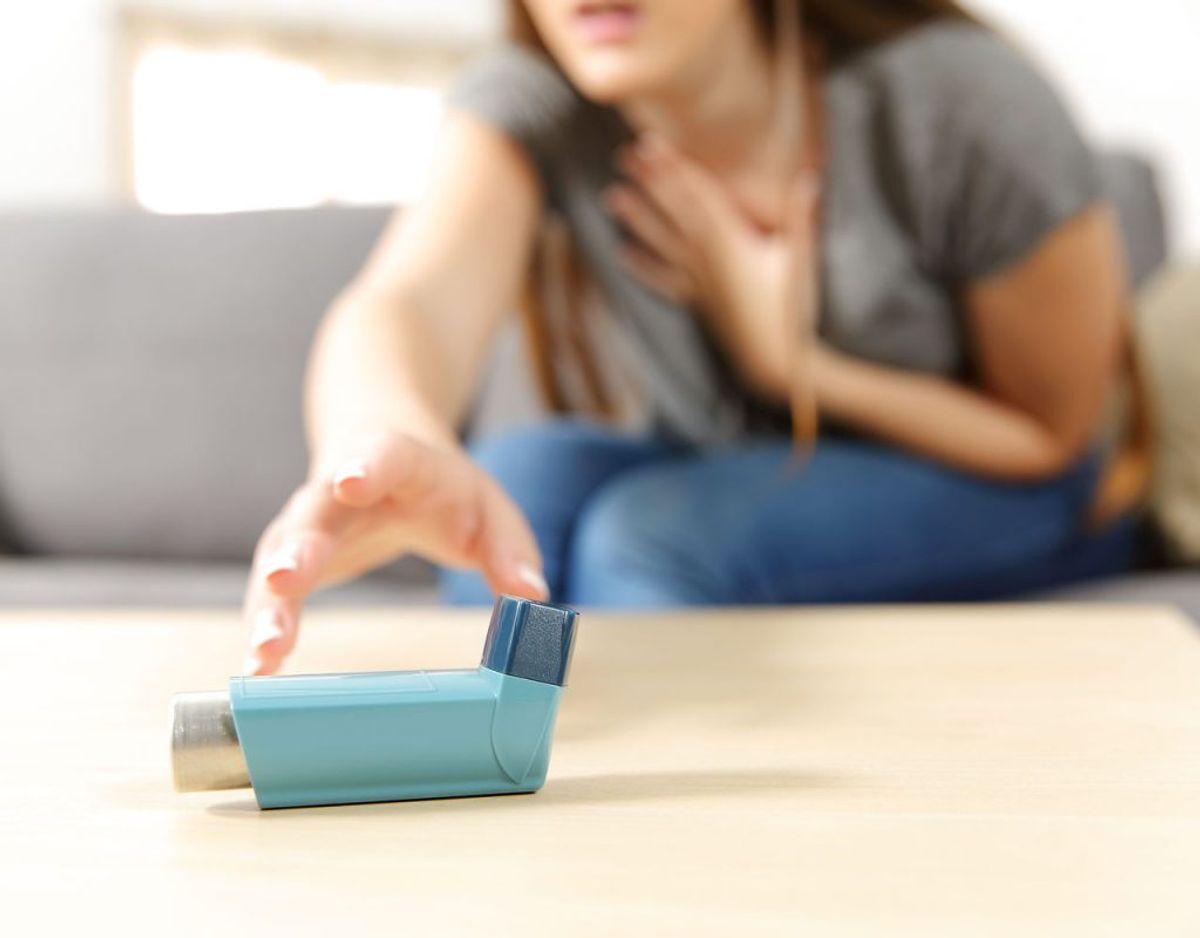 Astma kommer til udtryk som åndenød, besværet, hvæsende eller pibende vejrtrækning såvel som tør hoste, hoste med slim og trykken for brystet. Foto/Kilde: Scanpix/Politiet.
