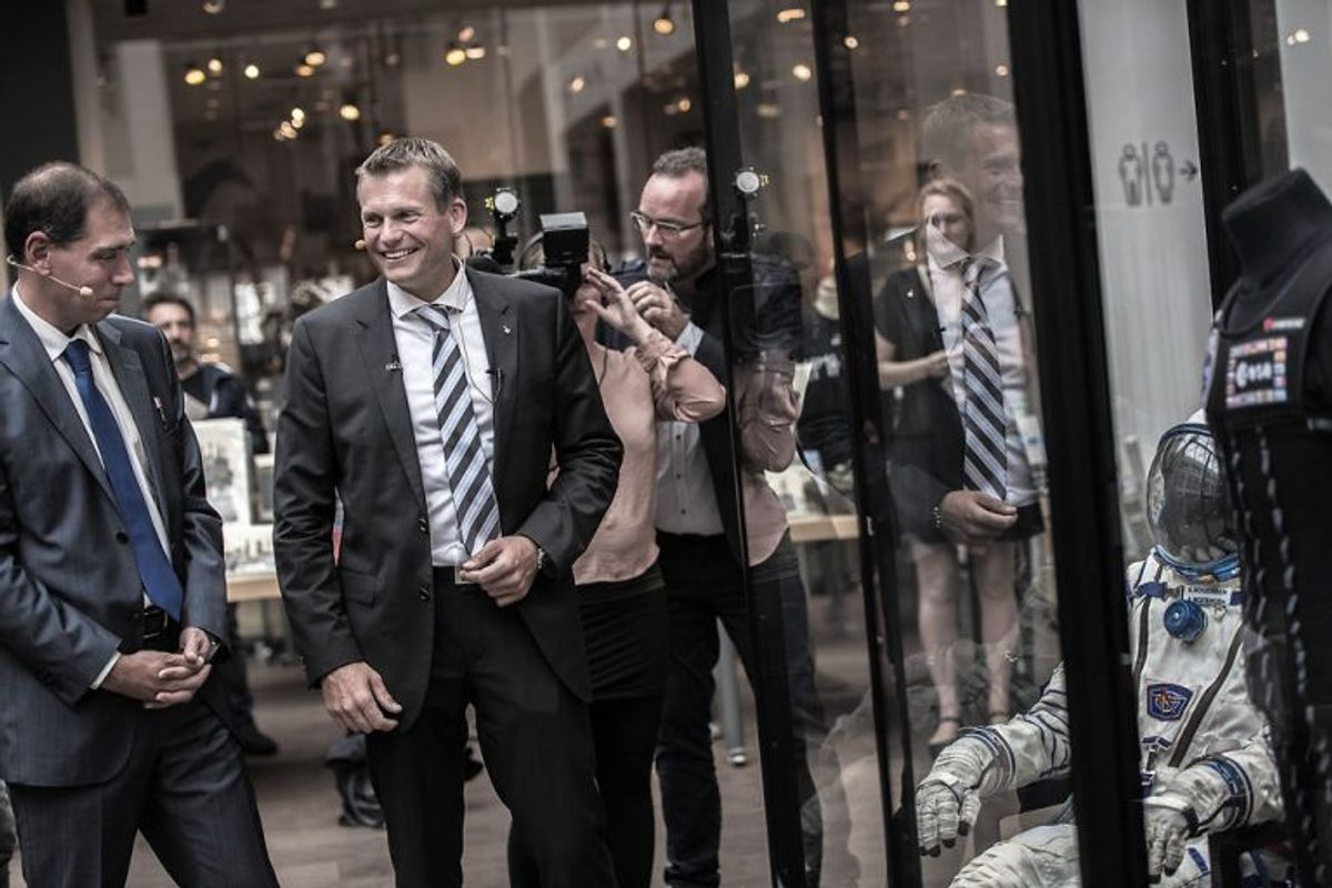 Kjolen og ketcheren afløser Andreas Mogensens rumdragt. Foto: Jakob Jørgensen/Scanpix.