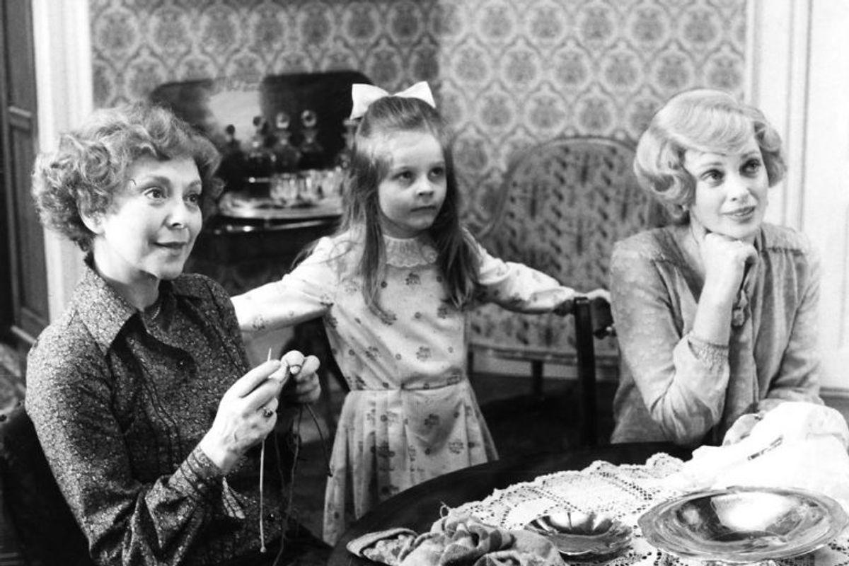 Her ses Elisabeth, Regitze og Maude i en scene fra Matador. Maude Varnæs – spillet af Malene Schwartz – kunne se ind i fremtiden, fortælles det. I et afsnit, der foregår i 1932, taler hun om husstøvmider – men det er først i 1960'erne, at man opdager miders eksistens. Arkivfoto: Scanpix