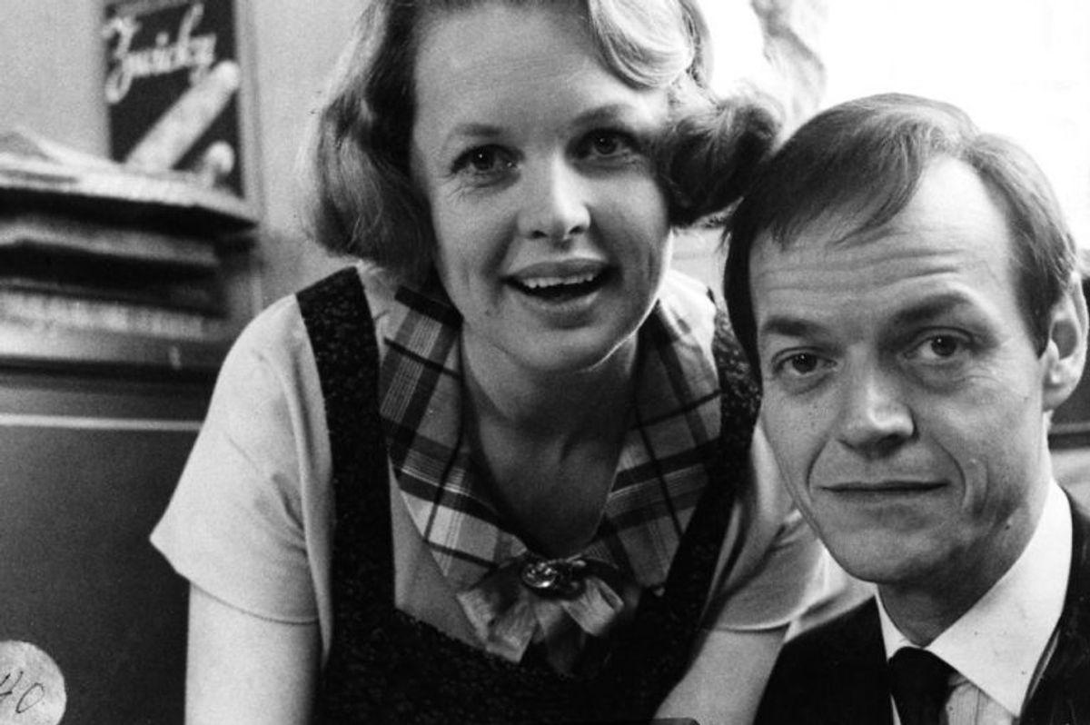 """Her ses det absolutte hovedrolle-par Ghita Nørby (Ingeborg Skjern) og Jørgen Buckhøj (Mads Skjern) under indspilningen til Matador. Jørgen Buckhøj var i virkeligheden lidt """"tynd i toppen"""", hvorfor han i de første mange afsnit er udstyret med en toupé, som han så siden kan smide. Arkivfoto: Scanpix"""