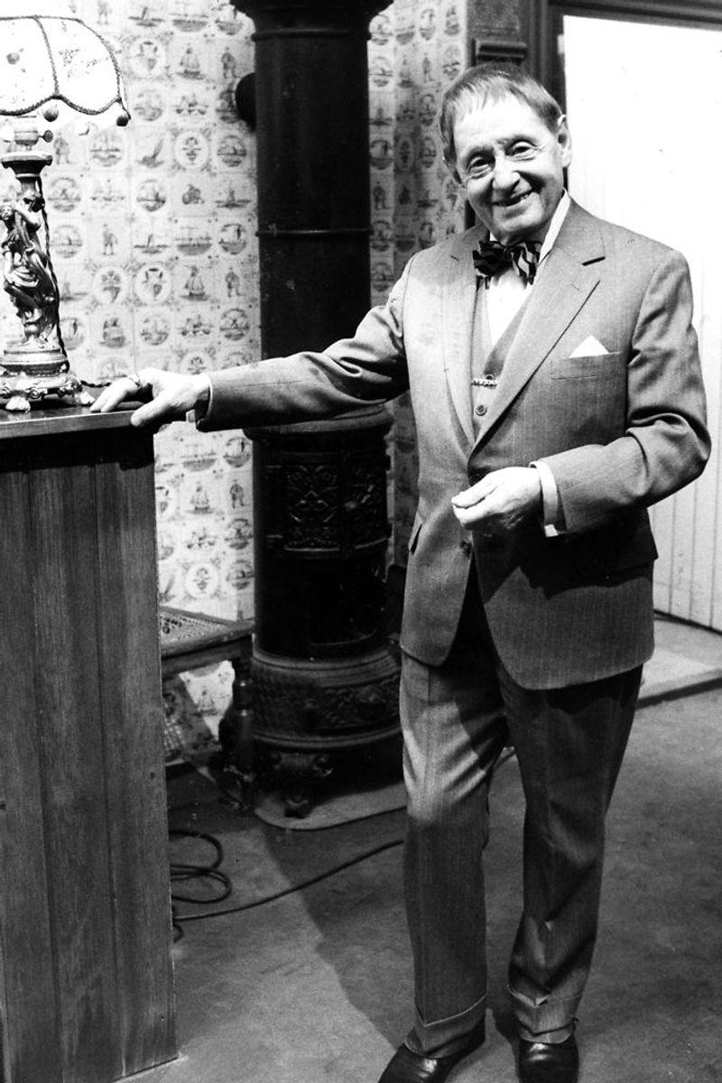 """Arthur Jensen spillede rollen som Hr. Schwan, der var førstemand – og siden kompagnon – i """"Damernes Magasin"""", den forretning, der virkelig oplever et pres, da Mads Skjern ankommer til Korsbæk. Instruktør Erik Balling fik imidlertid nok af Arthur Jensen, der stillede for store lønkrav, og derfor blev han skrevet ud efter tv-seriens 12. afsnit. Arkivfoto: Scanpix"""