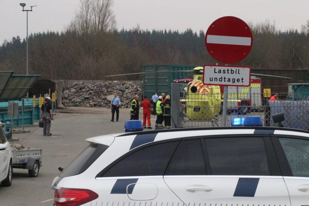 En ældre mand er dræbt i en tragisk ulykke på en genbrugsplads i Balle ved Hadsten i Østjylland. KLIK for flere billeder. Foto: Øxenholt Foto