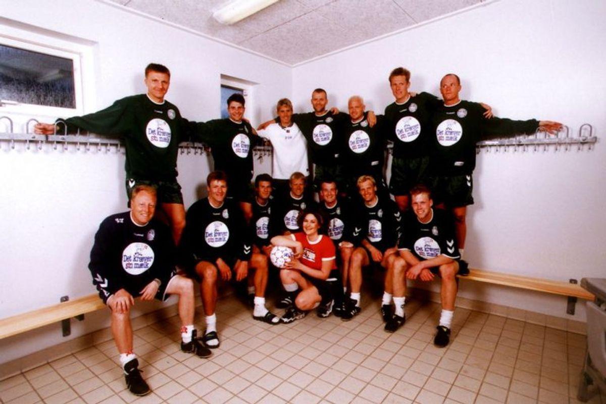 """I 1998 skulle Dodo & The Dodos gentage succesen med """"Re-Sepp-Ten"""". Og sangen """"Vi Vil Ha' Sejren I Land"""" gik da også sin sejrsgang i Frankrig – indtil den ikke gik længere. Danmark går videre fra indledende og slår i ottendedelsfinalen Nigeria med 4-1. Taber kvartfinalen med knebne 2-3 til de senere finalister fra Brasilien. Arkivfoto: Scanpix"""
