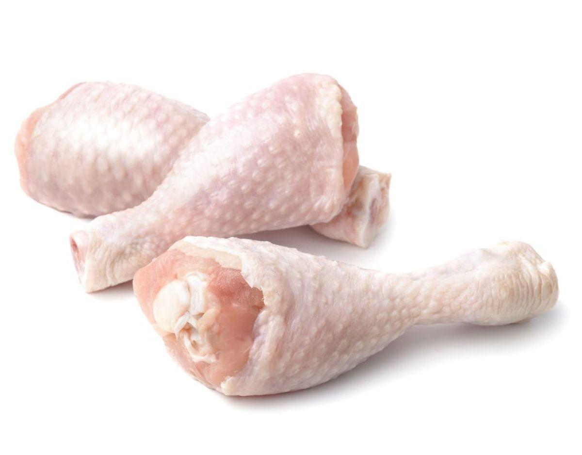 Campylobacter i kyllingelår: Løgismose kyllingelår Nettovægt: 370-500 g Sidste anvendelsesdato: 5/3-2018 Lot nummer: 501800821 Solgt i: Netto og Føtex Food butikker. Årsag: Der er fundet et for højt indhold af campylobacter bakterier i prøver af kødet undersøgt af Fødevarestyrelsen. Risiko: Hvis kødet mod forventning ikke gennemsteges, eller der sker krydsforurening til spiseklare fødevarer under tilberedningen, kan der opstå infektion med campylobacter. Symptomerne er bl.a. diarré, kvalme, mavesmerter, feber og opkast. Foto: Scanpix