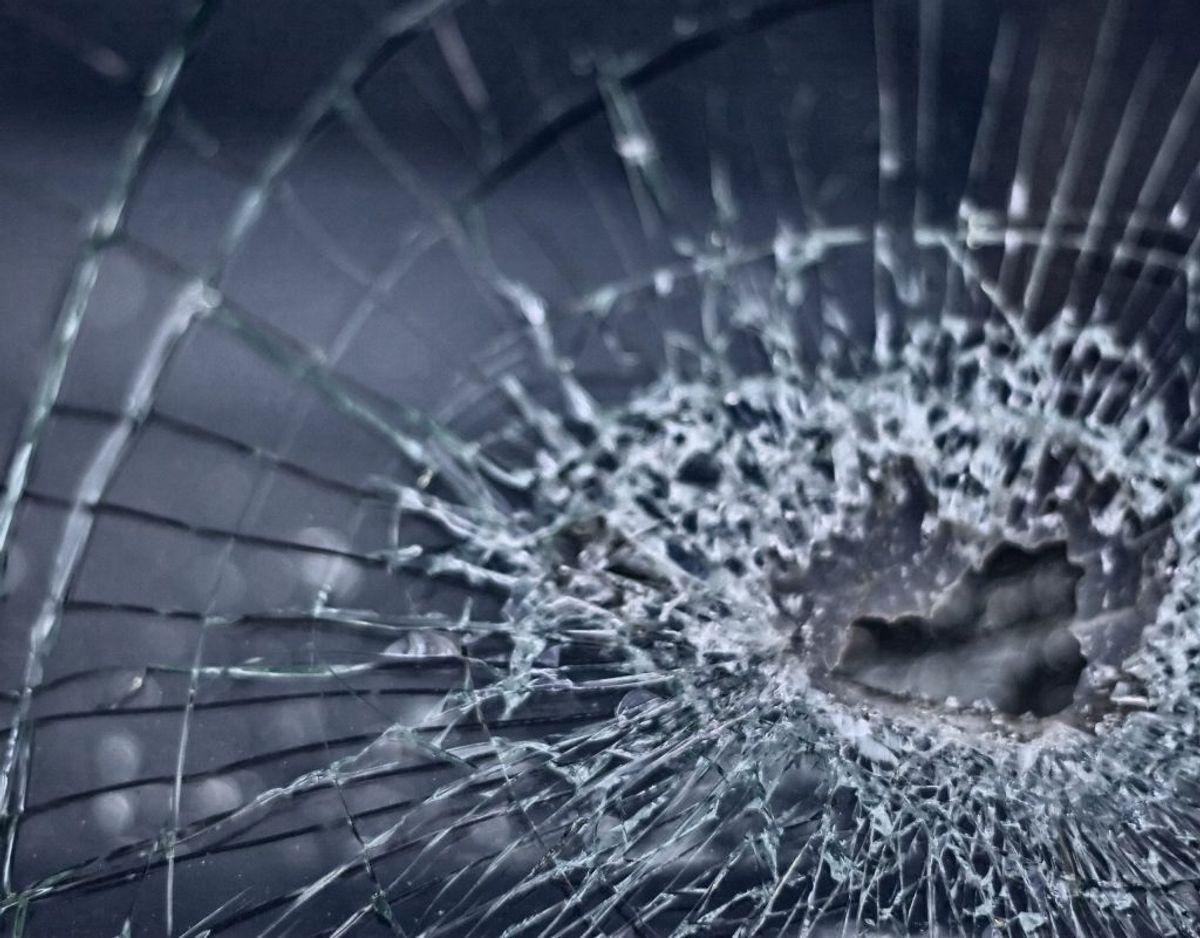 Bagruden på Pia og mandens bil blev knust af skud. Arkivfoto.
