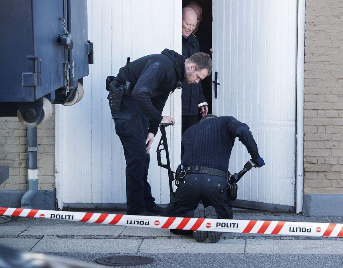 Politiet ransager huset på Tårnborgvej i Korsør i sagen om Emilie Meng. Det er Kim Kliver i døråbningen. Foto: Scanpix