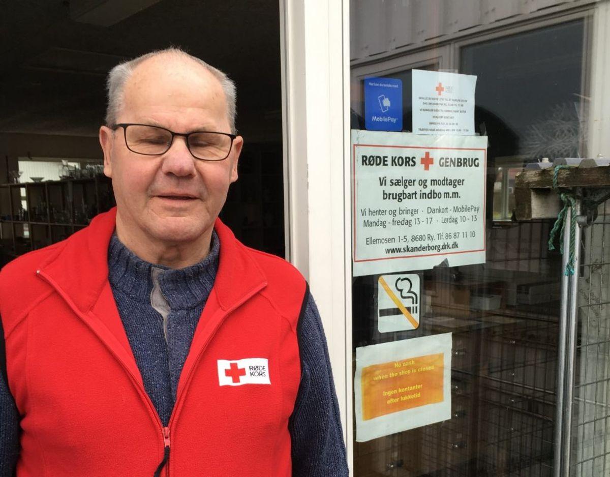 – Det er rigtig,rigtig træls. Nu er vi i gang med at montere et nyt pengeskab, fortæller Børge Axelsen, som er daglig leder af Røde Kors-butikken i Ry, efter butikken to nætter i træk har været udsat for indbrud. Foto: Røde Kors Ry