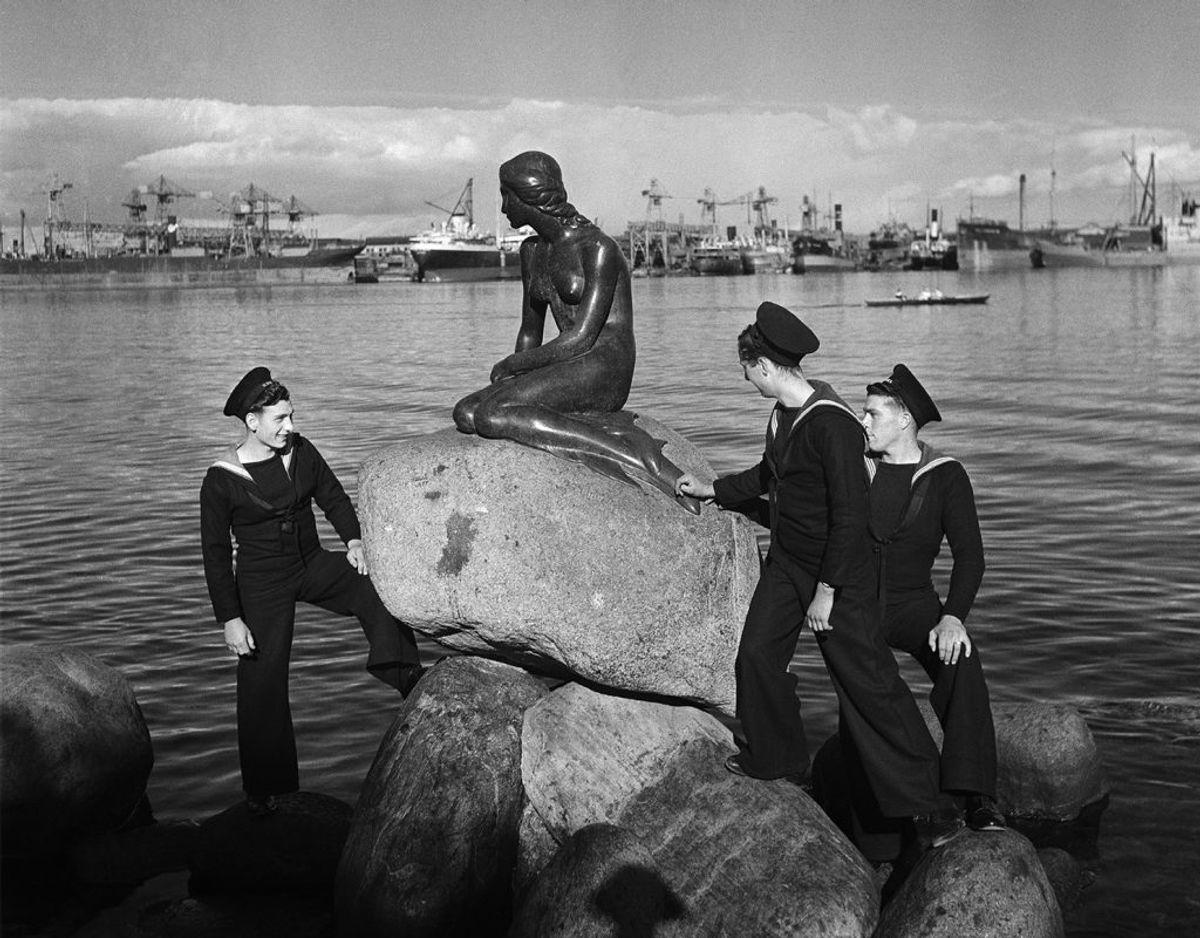 Her ses britiske sømænd ved Den Lille Havfrue. KLIK videre i galleriet og se flere af Lee Millers fotografier fra København – heriblandt et hidtil ukendt billede af Dronning Margrethe som barn. Foto: Lee Miller/Lee Miller Archives