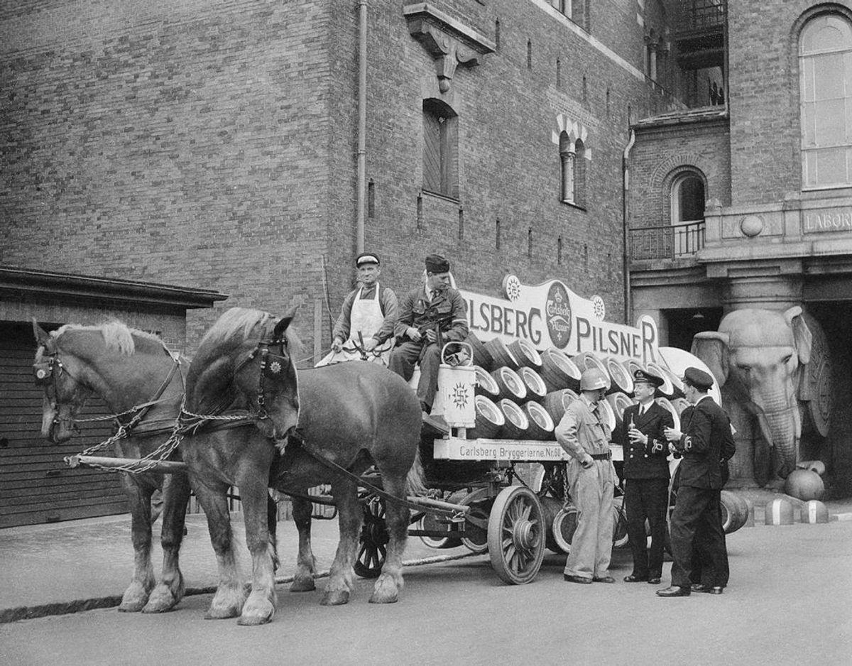 Ølkuske er på vej med de gyldne dråber fra Carlsberg-bryggeriet. Foto: Lee Miller/Lee Miller Archives