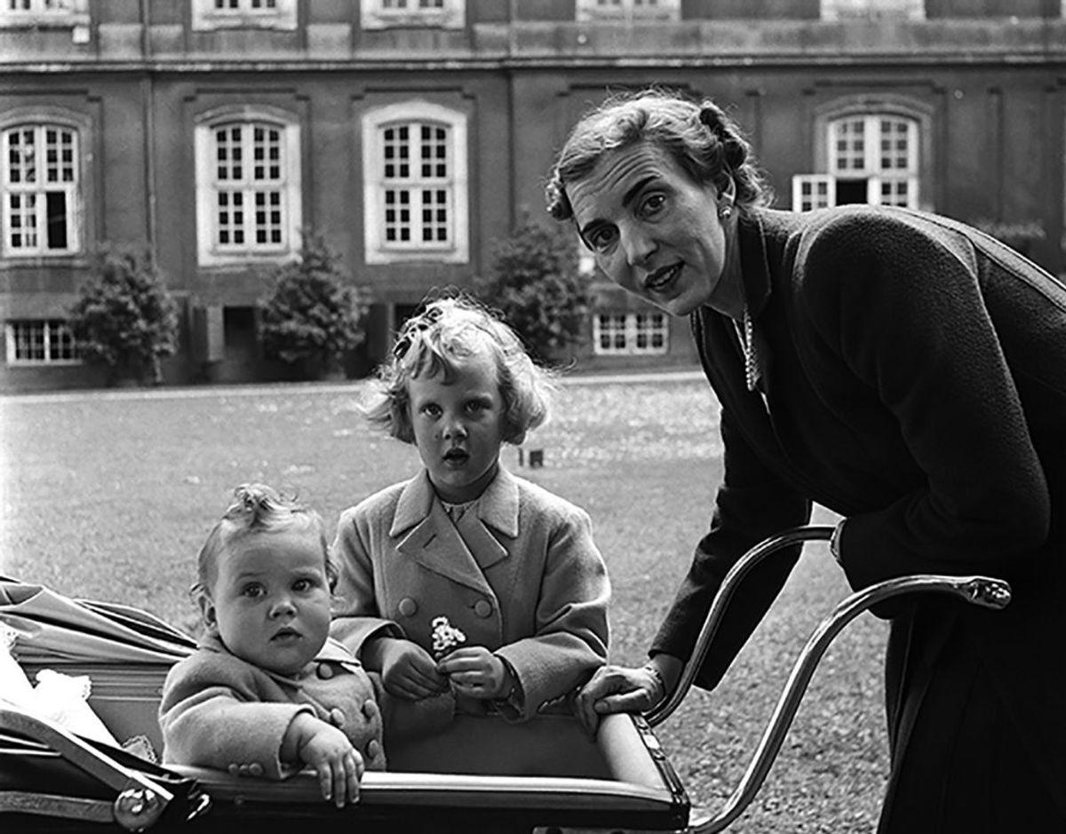 """Lee Miller skrev ifølge TV2 om sit møde med den danske kongefamilie: """"Hun (kronprinsesse Ingrid, red) er slank og smuk og ligefrem og er fuldstændig overbevist om, at hendes to børn prinsesse Margrethe og prinsesse Benedikte er helt vidunderlige, hvilket hun har fuldstændig ret i. Prinsesse Margrethe bliver kaldt 'Daisy' af sin mor og jager sommerfugle på græsplænen som en prinsesse i et eventyr, og prinsesse Benedikte grynter og laver lyde, som hendes mor og barnepigen forstår. """" Foto: Lee Miller/Lee miller Archives"""
