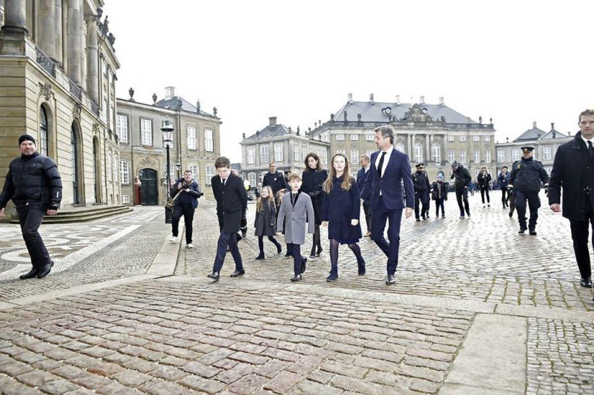 Kronprins Frederik og Prins Joachim besøger blomster og hilsner sammen med deres familier på Amalienborg Slotsplads, torsdag den 15. februar 2018.