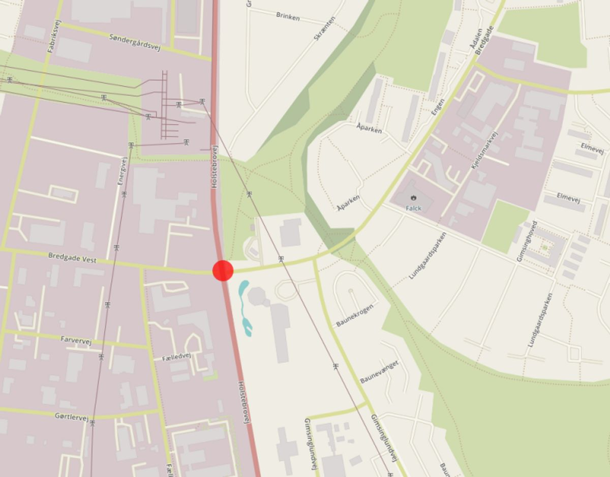 Krydset Bredgade/Holstebrovej i Struer skal gøres mere sikkert, efter at der i årene 2009-2013 blev registreret 11 uheld med fem personskader på stedet. En blev dræbt, en kom alvorligt til skade og tre kom lettere til skade. Krydset bliver gjort mere sikkert ved, at lysreguleringen i fremtiden skal lade venstresvingende køre for sig selv på Holstebrovej i begge retninger. Foto: © OpenStreetMap-bidragsydere.