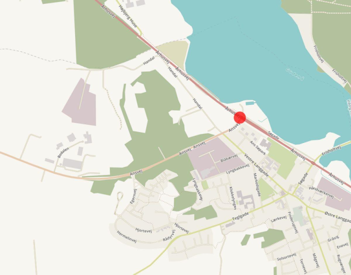 T-krydset Aarhusvej/Ansvej i Ans skal gøres mere sikkert grundet antallet af registrerede trafikulykker fra 01. januar 2009 til 31. december 2013. Krydset bliver gjort mere sikkert ved at blive nedlagt og erstattet af en rundkørsel. Foto: © OpenStreetMap-bidragsydere.