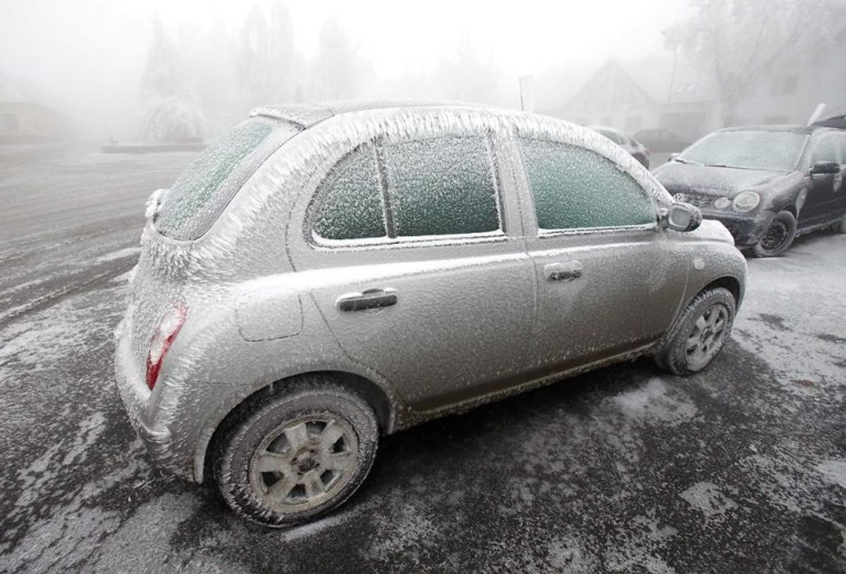 """Isslag: """"Underafkølet nedbør i form af regn eller finregn, der hurtigt fryser til is ved sammenstød med faste genstande."""" Foto: Scnapix"""