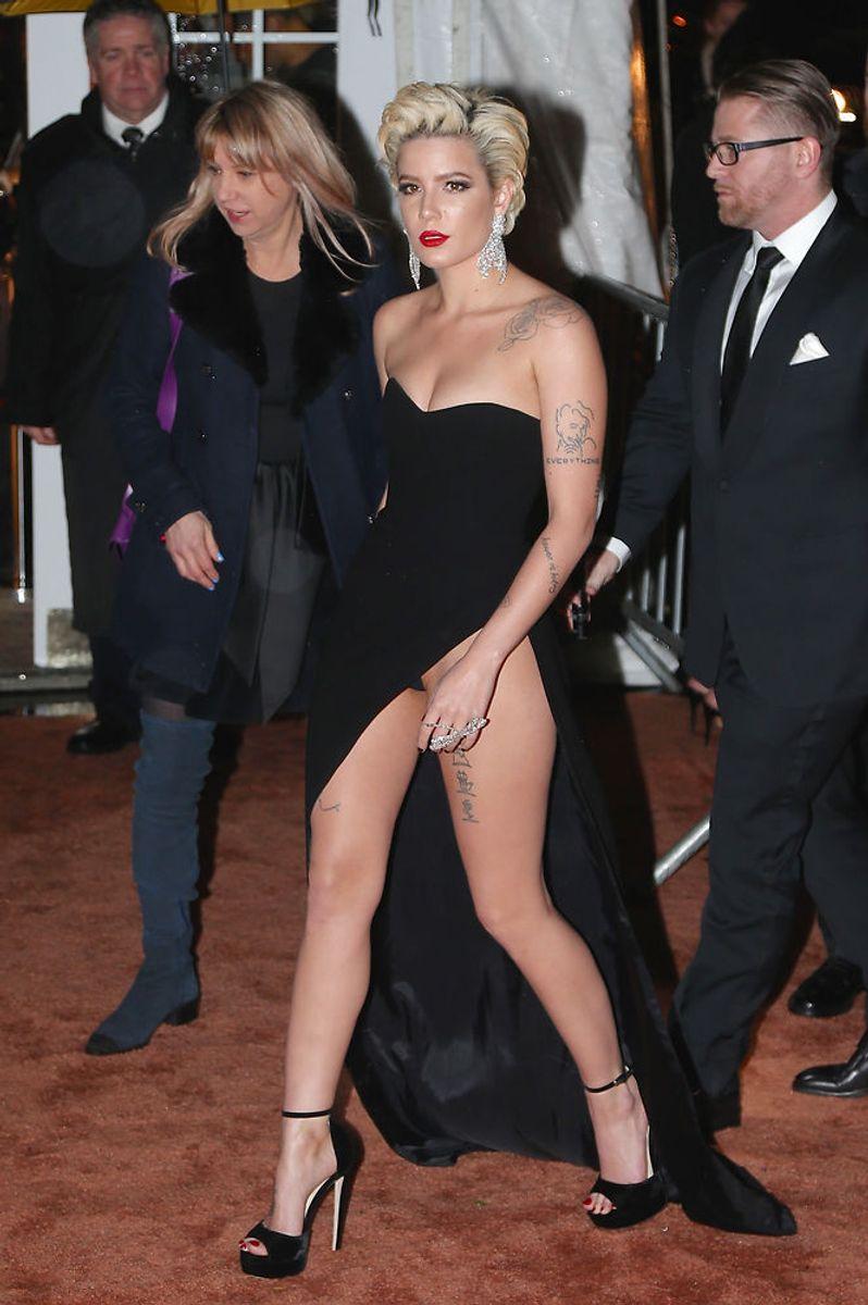 Vagten kom til at træde på Halseys kjole og så kom sangerindens ædlere dele til syne. Foto: ANGELA WEISS/Scanpix.