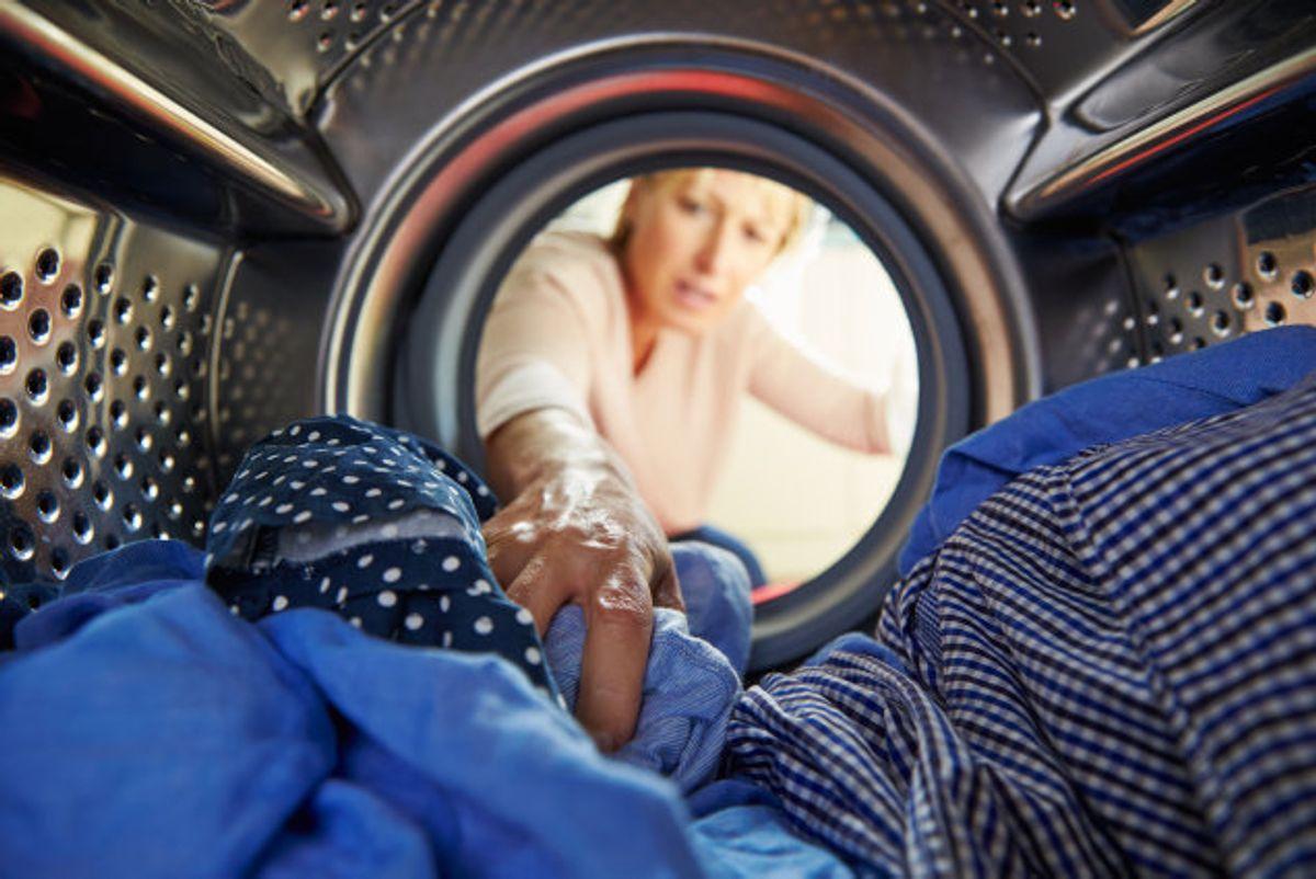 Du skal ikke bare smide tøjet ind og hælde sæbe på maskinen. KLIK og se, hvordan du gør det HELT rigtigt – og tilmed sparer penge. Foto: Colourbox.