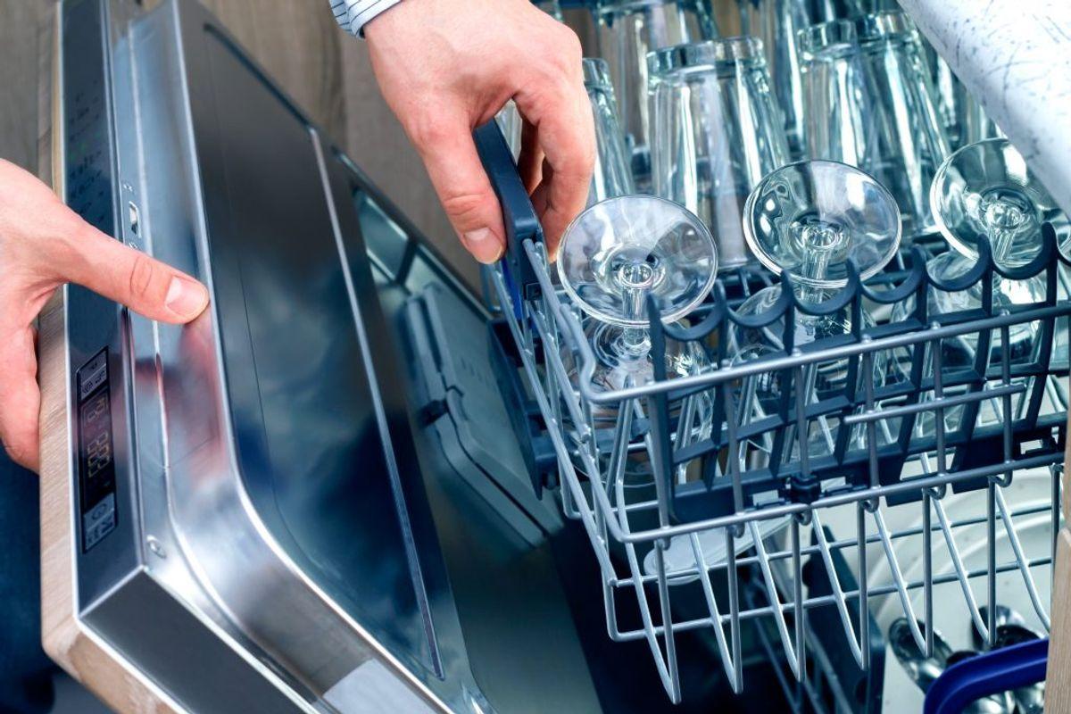 Sådan kan vi bedst lide glassene efter en tur i opvaskemaskinen: Skinnende rene. Men hvordan undgår du glastpest? KLIK og se de få råd – og undgår den trælse, hvide farve. Foto: Colourbox.