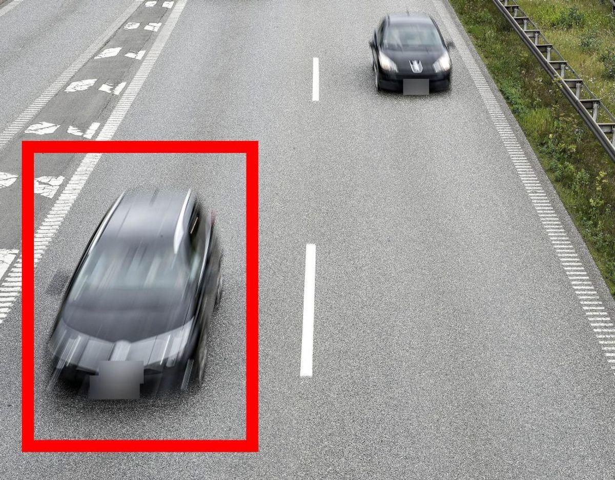 Hvis bilen markeret med en rød firkant overhaler den anden bil på billedet, er det lovligt. Bilen overhaler i så fald på den rigtige måde, altså uden om. Foto: Scanpix.