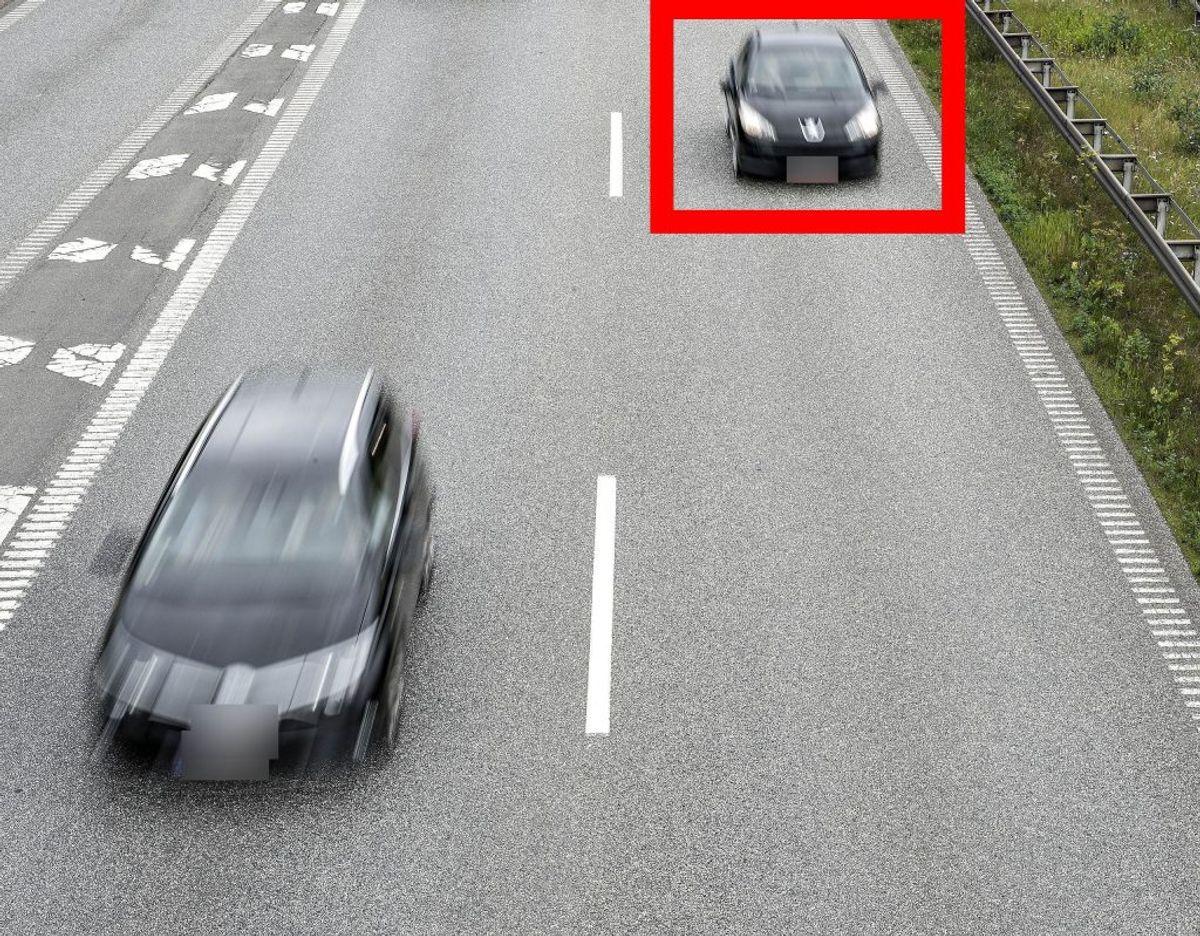 Hvis bilen markeret med den røde firkant har overhalet den anden bil på billedet, har bilen brudt loven. Foto: Scanpix.