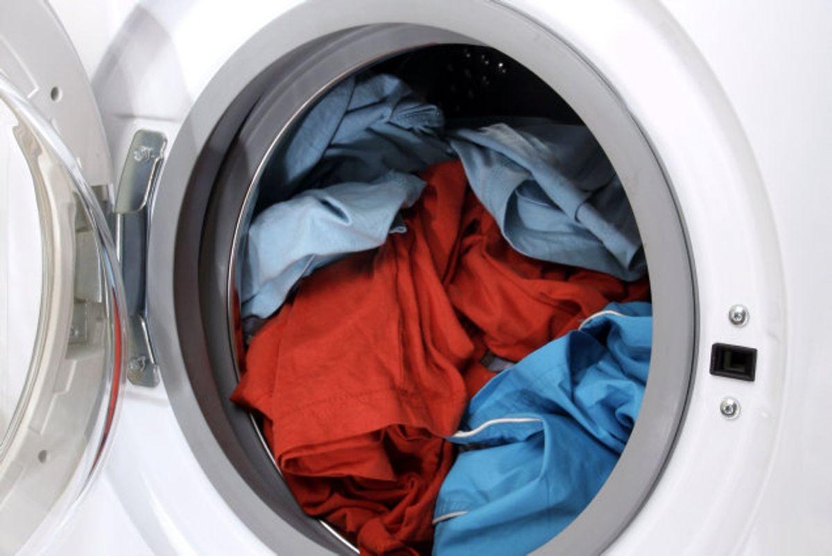 Bakterierne samler sig også i maskinen, så giv den en kogevask – gerne med tøj i – en gang imellem, så undgår du en sur vaskemaskine. Foto: Colourbox. KLIK VIDERE OG SE EKSPERTERNES RÅD TIL AT UNDGÅ EN SUR VASKEMASKINE.