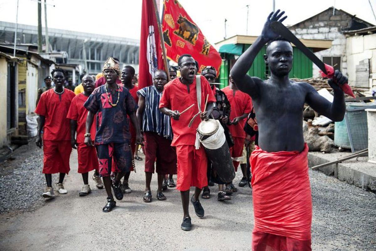 Osu Kongens mænd byder her dronning Magrethe velkommen til kongens hjem i Accra. Foto: Sarah Christine Nørgaard/Scanpix