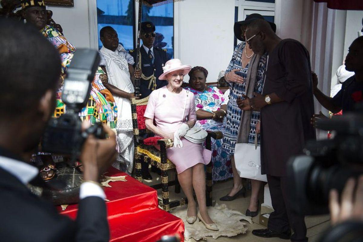 Dronning Magrethe besøger Osu Kongen ved han hjem i Ghana, torsdag den 23. november, 2017. Men Margrethe savner Henrik midt i Afrika. Foto: Sarah Christine Nørgaard/Scanpix