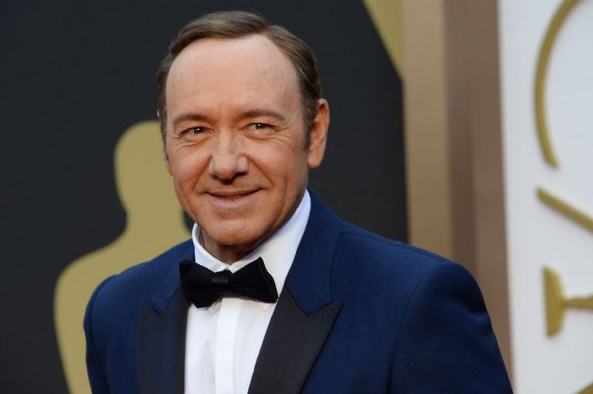 Kevin Spacey, der her ankommer til den 86. udgave af Academy Awards i 2014, er blevet beskyldt for et seksuelt overgreb. Skuespilleren undskylder på Twitter, og vælger samtidig at springe ud som homoseksuel. Foto: Robyn Beck/Scanpix (Arkivfoto)