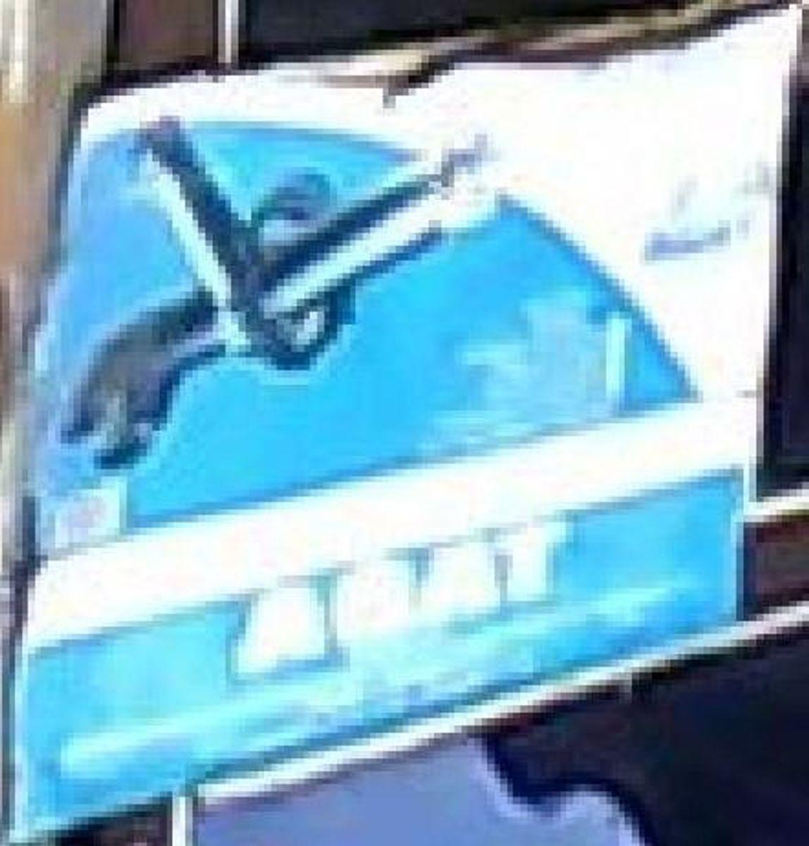 Denne plakat hang i baggrunden på et billede. Foto: Europol.