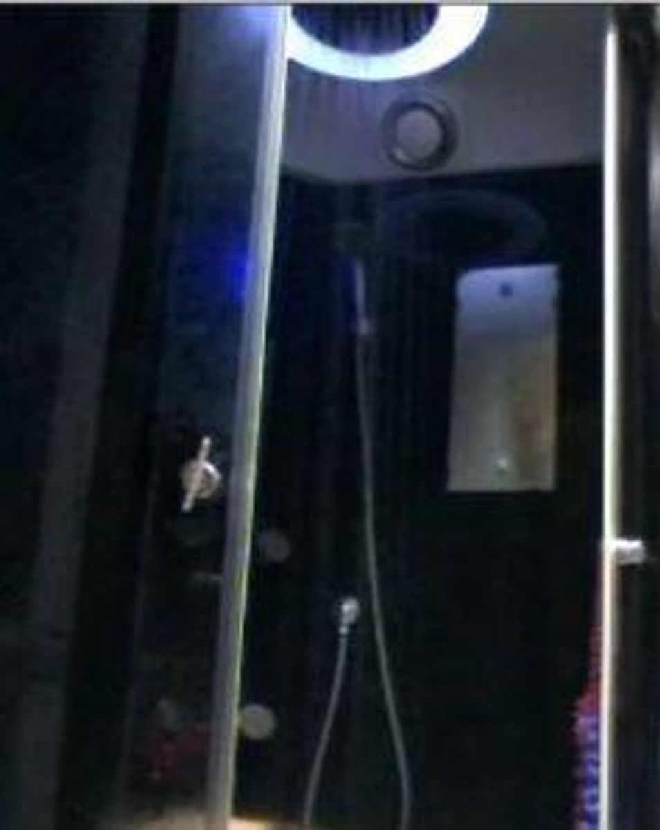 Dette er noget af en brusekabine. Foto: Europol.