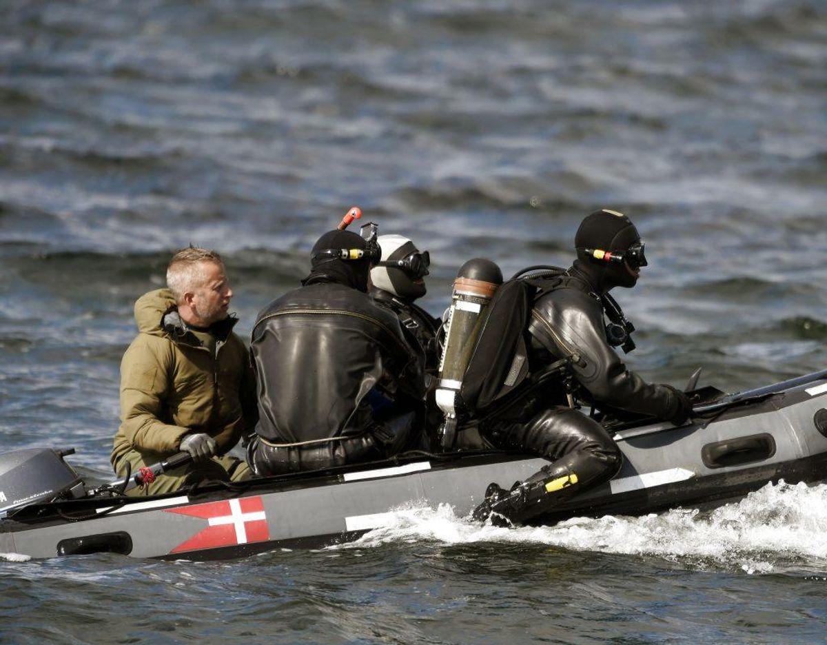 Til vands arbejder dykkere og specialtrænede hunde sammen i jagten på resterne af Kim Wall. Foto: Liselotte Sabroe/Scanpix