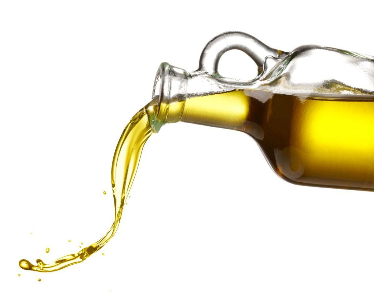 Olivenolie, og andre olier, skal gemmes af vejen. Smagen af olie påvirkes af lys, og derfor er bag en låge det bedste sted at have olivenolie stående. Stiller du olivenolie på køl, risikerer det at størkne. Foto: Scanpix.