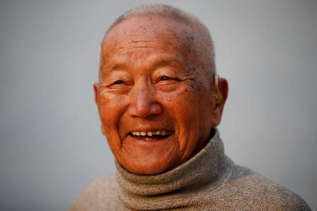 Min Bahadur Sherchan døde ved Everest basecamp 6. maj. Han forsøgte at genvinde titlen som den ældste til at bestige det berømte bjerg. Foto: Scanpix/Navesh Chitrakar/File Photo