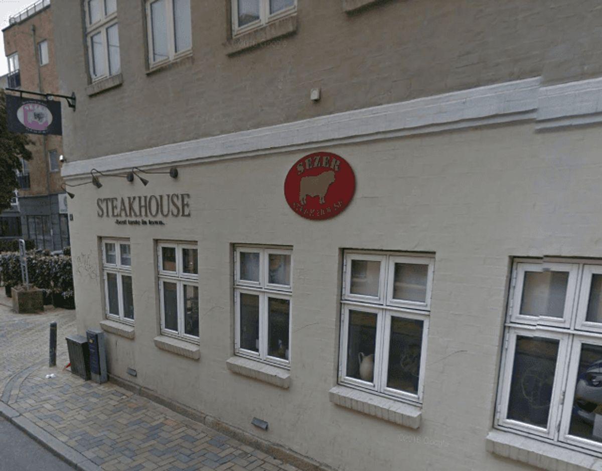 Sezers Steak House har fået en sur smiley af Fødevarestyrelsen. Foto: Google Street View.