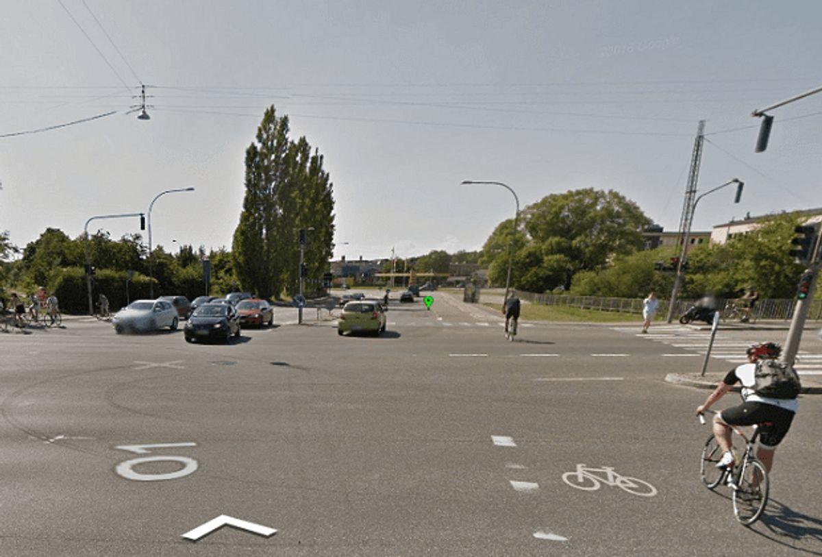 …og venstresvingende biler forfra. Foto: Google Street View.