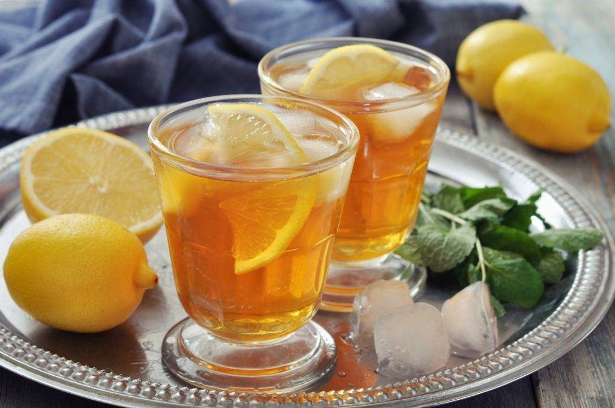 Bryg en kande kaffe eller te, og køl den ned, så det bliver til iskaffe eller iste. Særligt teen skal være af god kvalitet, ellers smager den bittert, når den er kold.