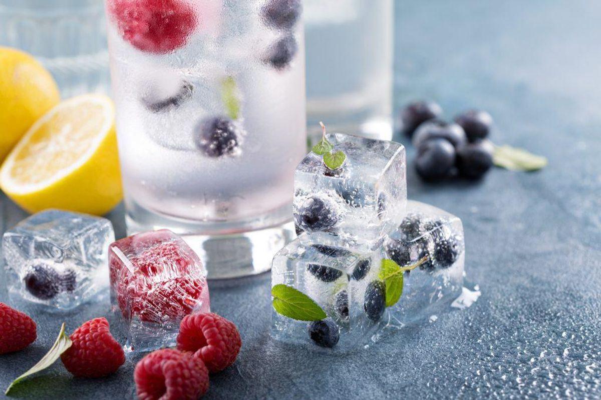 Frys isterninger ned med bær, citrusfrugter eller mynte i. Arkivfoto: SCANPIX