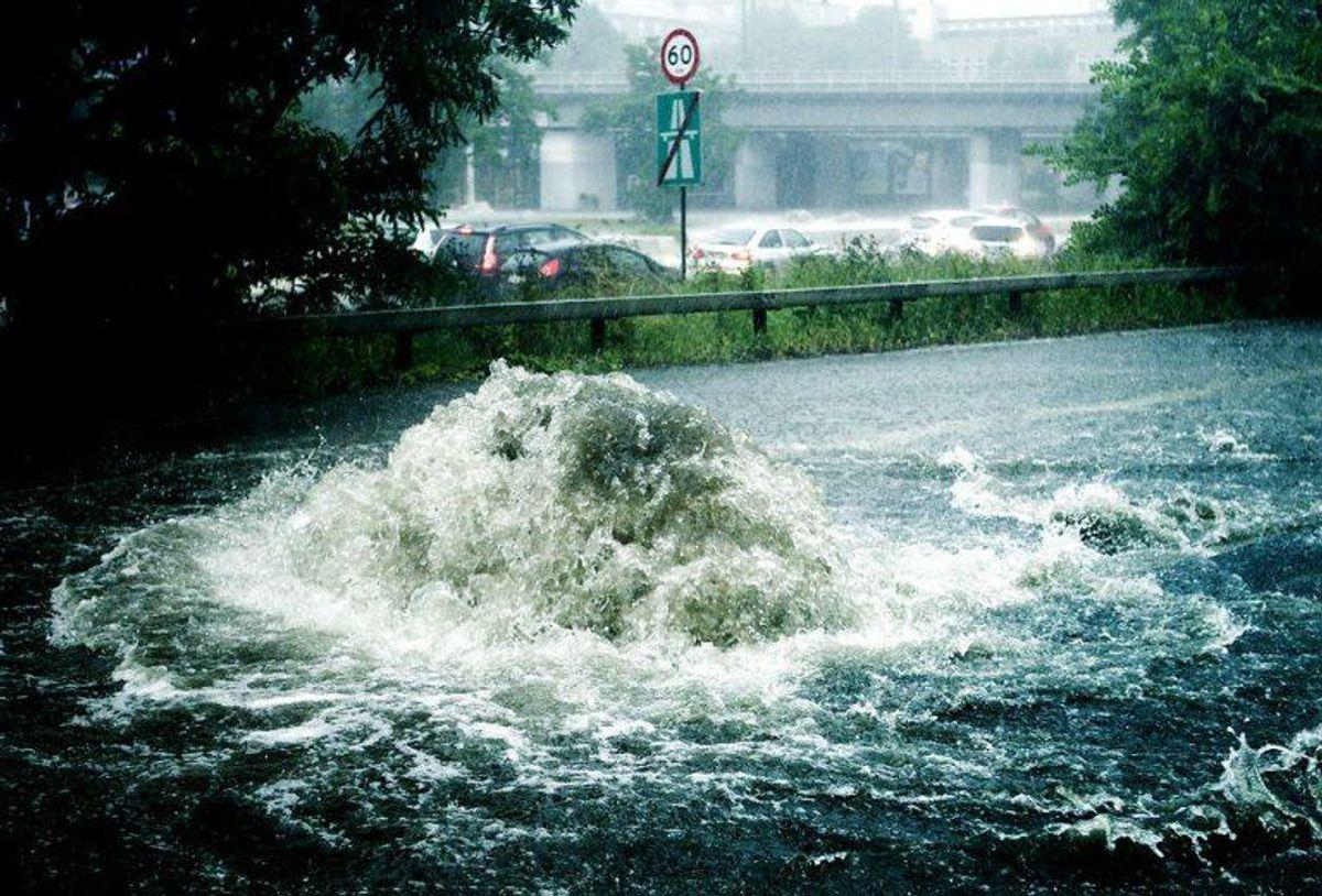 Det kan hurtigt gå galt, når kloakkerne ikke kan trække de store vandmængder, der falder, ved et skybrud. Arkivfoto: Scanpix.