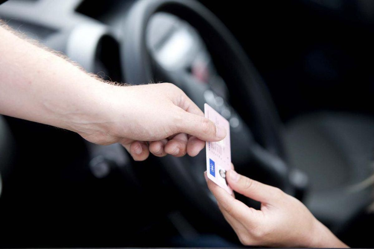 Hvis dit kørekort bliver betinget frakendt to gange indenfor tre år, bliver du ramt af en ubetinget frakendelse. Foto: Colourbox. GALLERI: DISSE OVERTRÆDELSER KOSTER EN UBETINGET FRAKENDELSE AF KØREKORTET.