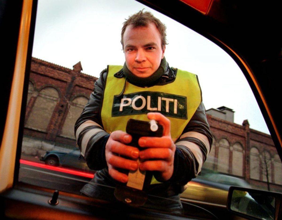 I dag og i denne uge er der en god mulighed for, at du støder ind i en betjent med sådan en her. Foto: Scanpix.